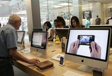 <p>Dans un Apple store à San Francisco, en Californie. Apple publie des résultats trimestriels supérieurs aux attentes, grâce notamment à la hausse des ventes d'iPhone, et il présente, comme à son habitude, des prévisions prudentes pour le trimestre en cours, qui n'ont pas empêché le marché de manifester sa satisfaction. /Photo prise le 22 avril 2008/REUTERS/Robert Galbraith</p>