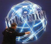 <p>Una insegna Internet in un allestimento del Cebit di Hannover in una foto d'archivio. REUTERS/Fabrizio Bensch</p>