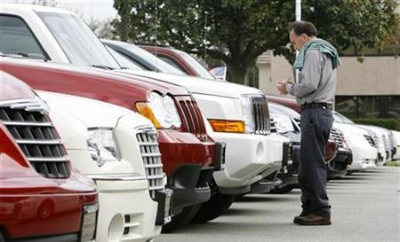 A man looks at vehicles for sale at a Chrysler dealership in Glendale, California April 24, 2009. REUTERS/Mario Anzuoni