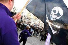 <p>Simpatizante do site de troca de arquivos Pirate Bay agita bandeira em manifestação em Estocolmo, na semana passada. Advogado argumenta que acusados de pirataria foram julgados por juiz parcial e pede um novo julgamento.</p>