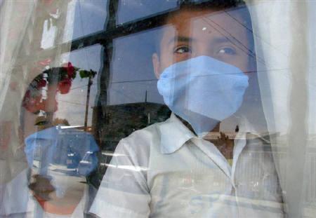 4月27日、メキシコのコルドバ保健相は、豚インフル感染が原因とみられる死者が149人となったことを明らかに。写真はマスクをつけた子ども達。シウダド・フアレスで撮影(2009年 ロイター/Alejandro Bringas)