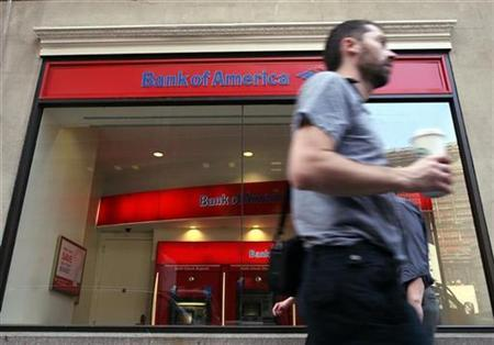 People walk past a branch of Bank of America in New York's financial district, April 28, 2009. REUTERS/Brendan McDermid