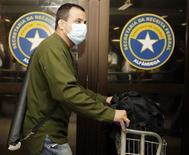 <p>Um passageiro chega do México no aeroporto internacional de São Paulo. 27/04/2009. REUTERS/Paulo Whitaker</p>