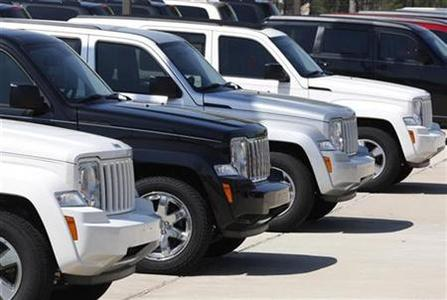 A row of unsold Jeeps sit in the lot at the permanently closed Bankston Chrysler, Jeep, Dodge Car Dealership in Frisco, Texas, April 4, 2009. REUTERS/Jessica Rinaldi