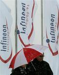 <p>Infineon fait état jeudi d'un creusement de sa perte opérationnelle au deuxième trimestre de son exercice, clos le 31 mars, à 110 millions d'euros, contre une perte de 102 millions sur le trimestre précédent. /Photo d'archives/REUTERS/Alexandra Winkler</p>