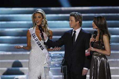 Miss California Carrie Prejean (L) responds to a question about gay marriage with Billy Bush (C) and Nadine Velazquez during the Miss USA Pageant at the Planet Hollywood Resort and Casino in Las Vegas, Nevada April 19, 2009. REUTERS/Steve Marcus