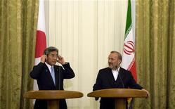 <p>Il ministro degli esteri iraniano Manouchehr Mottaki (a destra) e quello giapponese Hirofumi Nakasone. REUTERS/Morteza Nikoubazl</p>