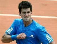 <p>Djokovic vibra após vencer Roger Federer por 4-6, 6-3 e 6-3 neste sábado. O tenista sérvio enfrentará Rafael Nadal na final do Masters de Roma. REUTERS/Chris Helgren</p>