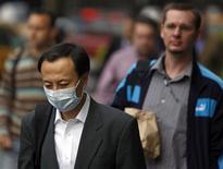 """<p>Человек в защитной маске в Нью-Йорке 29 апреля 2009 года. Жительница Техаса на прошлой неделе стала второй жертвой """"свиного"""" гриппа за пределами Мексики, откуда началась вспышка дотоле неизвестной инфекции, заявили во вторник американские органы здравоохранения. REUTERS/Brendan McDermid</p>"""