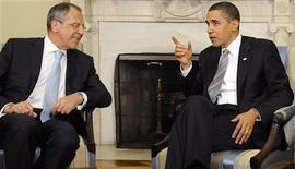 <p>Президент США Барак Обама (справа) и глава МИД РФ Сергей Лавров на встрече в Вашингтоне 7 мая 2009 года. Разногласия по поводу Грузии не способны помешать Соединенным Штатам провести переговоры с Россией о стратегических ядерных вооружениях, и Вашингтон рассчитывает выйти на новый уровень отношений с Москвой, заявила в четверг госсекретарь США Хилари Клинтон. REUTERS/Jonathan Ernst</p>