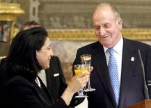 <p>El Moutawakel, chefe da comissão de avaliação do COI, brinda com o rei Juan Carlos, da Espanha, durante almoço em Madri, nesta sexta-feira. REUTERS/Chema Moya/Pool</p>