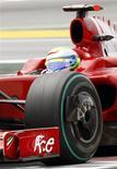 <p>Felipe Massa surgiu, neste sábado, com uma Ferrari mais competitiva, mas ainda se preocupa com o fato de a equipe atual campeã dos construtores não conseguir aprender com seus próprios erros. REUTERS/Gustau Nacarino</p>