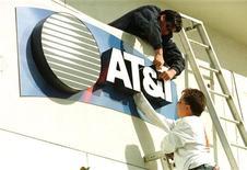 <p>AT&T va racheter pour 2,35 milliards de dollars (1,72 milliard d'euros) le gros des actifs d'Alltel Wireless que Verizon Communications est en train de scinder et va vendre certains actifs de Centennial Communications à Verizon Wireless pour 240 millions de dollars. /Photo d'archives/REUTERS</p>
