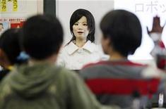 """<p>Un robot llamado """"Saya"""" habla en una sala de clases de una escuela primaria en Tokio, 7 mayo 2009. A la profesora Saya no le importa que la toquen o la pellizquen, o si los alumnos juegan en clase: es un androide diseñado para enseñar a los niños que la ciencia y la tecnología pueden ser asignaturas divertidas. REUTERS/Issei Kato</p>"""