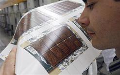 <p>Envoyer ou recevoir une lettre postée en France sera bientôt un délice pour l'odorat. A l'occasion du 400e anniversaire de l'arrivée des premières fèves sur le port de Bayonne, dans les Pyrénées-Atlantiques, la Poste édite en effet des timbres aux effluves de chocolat qui seront disponibles à partir du lundi 25 mai dans tous les bureaux de poste. /Photo prise le 29 avril 2009/REUTERS/Régis Duvignau</p>