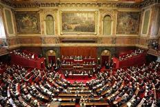 <p>Foto de archivo de una sesión del parlamento francés en el palacio de Versalles, París, 28 feb 2005. La Cámara de Diputados de Francia aprobó el martes un proyecto de ley que permitirá a las autoridades hacer un seguimiento de las descargas ilegales por internet y hasta suspender el servicio a quienes las ejecuten repetidamente. REUTERS/Jack Dabaghian</p>