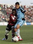 <p>Hatem Ben Arfa (direita), do Olympic Marseille, disputa bola com Onyekachi Apam, do Nice, durante partida entre as duas equipes pelo Campeonato Francês em Nice nesta quarta-feira. REUTERS/Sebastien Nogier</p>