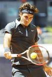 <p>Roger Federer em ação na partida contra James Blake pela 3a rodada do Masters de Madri. 14/05/2009 REUTERS/Susana Vera</p>