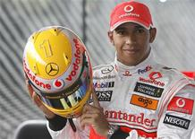 <p>Campeão mundial de Fórmula 1 Lewis Hamilton posa com um novo capacete no centro de tecnologia da equipe McLaren, em Chertsey, sul da Inglaterra. 14/05/2009 REUTERS/Luke MacGregor</p>