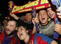 <p>Torcedores do Barcelona comemoram após o time conquistar o título. 17/05/2009. REUTERS/Albert Gea</p>
