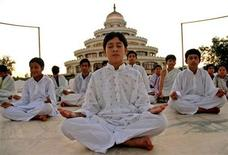 <p>Kashmiri children meditate under the Art of Living's Youth Leadership Training Programme (YLTP), in the southern Indian city of Bangalore September 22, 2005. REUTERS/Jagadeesh</p>