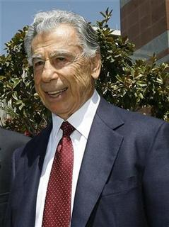 Billionaire investor Kirk Kerkorian leaves the Roybal Federal Building in Los Angeles August 20, 2008. REUTERS/Mario Anzuoni