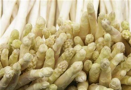 White asparagus is pictured at a food market in Vienna, April 23, 2009. REUTERS/Leonhard Foeger