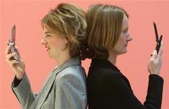 <p>Due utenti con telefoni Umts. REUTERS/Fabrizio Bensch</p>