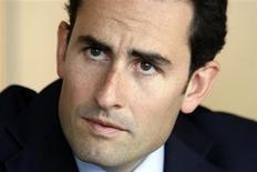 """<p>Iliad est déterminé à présenter seul sa candidature à la quatrième licence de téléphonie mobile de troisième génération (3G) malgré des propositions de partenariats, selon Thomas Reynaud, directeur financier de la maison mère du fournisseur d'accès à internet Free. """"Nous avons toutes les ressources pour réussir seul. Nous avons tous les actifs en place pour réussir sur ce marché"""", a-t-il déclaré lors du sommet TMT (Télécoms, médias, technologie) organisé par Reuters à Paris, New York et en Asie. /Photo prise le 20 mai 2009/REUTERS/Charles Platiau</p>"""