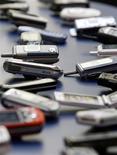 <p>Les ventes mondiales de téléphones portables ont reculé de 9,4% au premier trimestre 2009, les consommateurs réduisant leurs dépenses dans un contexte de récession, indique le cabinet d'études Gartner. Dans le même temps, les ventes de smartphones ont progressé de 12,7% par rapport à la même période 2008. /Photo d'archives/REUTERS/Albert Gea</p>