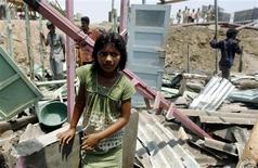 """<p>Rubina Ali, atriz de """"Quem Quer Ser Um Milionário?"""" na frente de sua casa derrubada em Mumbai. 20/05/2009. REUTERS/Punit Paranjpe</p>"""