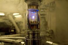 """<p>Foto publicitaria de un instrumento de antimateria en una escena del filme """"Angels & Demons"""", 19 mayo 2009. """"Angels and Demons"""", la versión cinematográfica de la novela de Dan Brown, relata un complot para destruir al Vaticano usando una pequeña cantidad de antimateria robada del laboratorio europeo CERN, el acelerador de partículas más grande del mundo. REUTERS/Zade Rosenthal/Columbia Pictures</p>"""