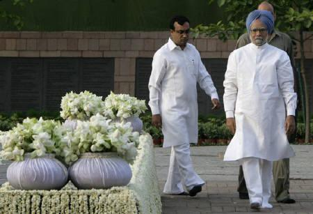 India's Prime Minister-elect Manmohan Singh (R) and Congress leader Ajay Maken walk at the memorial of former prime minister Rajiv Gandhi on the occasion of Gandhi's 18th death anniversary, in New Delhi May 21, 2009. REUTERS/B Mathur