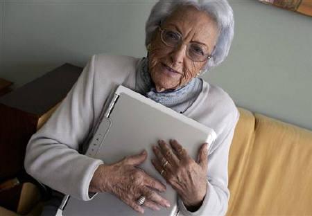 2007年10月5日资料图片,西班牙博主玛丽亚・阿梅利亚・洛佩兹手拿一台笔记本电脑。REUTERS/Miguel Vidal