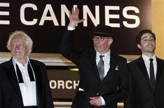 """<p>Cineasta Jacques Audiard acena junto com Niels Arestrup e Tahar Rahim, membros do elenco de seu filme """"Un Prophète"""", no 62o Festival de Cannes. 16/05/2009. REUTERS/Vincent Kessler</p>"""