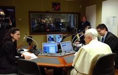 <p>Papa Benedetto XVI durante una trasmissione in diretta di Radio Vaticana. REUTERS/Osservatore Romano/Pool</p>