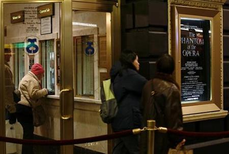 Theatergoers stand in line to purchase tickets for the Phantom of the Opera in New York November 29, 2007. REUTERS/Shannon Stapleton