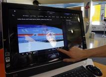 """<p>Un asistente muestra el sistema computacional """"todo en uno"""" TouchSmart de Hewlett Packard, en Berlín, 10 jun 2008. Hewlett-Packard anunció el miércoles que buscará ganar mercado en China con la presentación de su nueva línea de computadoras de bajo costo, que incluye el lanzamiento a nivel mundial de un netbook. REUTERS/Tobias Schwarz/Archivo</p>"""