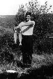 <p>Foto de arquivo de 1916 de Ernest Hemingway posando com peixes que ele pescou em Michigan. (Foto da fundação da Família de Ernest Hemingway Family de Oak Park)</p>