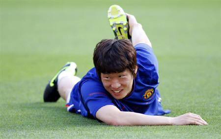 Manchester United's Park Ji-sung  stretches during a training session a day before their Champions League final soccer match against Barcelona at the Olympic Stadium in Rome May 26, 2009.     REUTERS/Alessandro Bianchi
