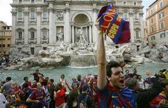 <p>Torcedores do Barcelona jogam moead em frente à Fontana di Trevi no centro de Roma. 27/05/ 2009. REUTERS/Alessia Pierdomenico</p>
