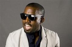 """<p>El músico Kanye West posa mientras promociona su libro """"Thank You and You're Welcome"""" en Nueva York, 22 mayo 2009. El rapero Kanye West aseguró que será un importante diseñador de moda que creará vestidos dignos de la alfombra roja, si alguna vez decide lanzar su marca de ropa Past Tell. REUTERS/Lucas Jackson</p>"""