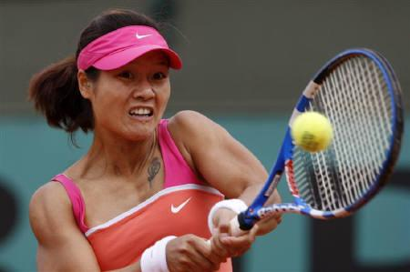 Li Na of China returns the ball to Timea Bacsinszky of Switzerland at the French Open tennis tournament at Roland Garros in Paris May 27, 2009. REUTERS/Vincent Kessler
