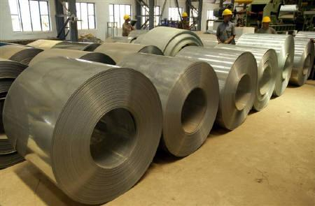 Labourers work inside a steel factory on the outskirts of Agartala, Tripura in this April 9, 2009 file photo.  REUTERS/Jayanta Dey/Files