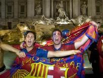 <p>Tifosi del Barcellona festeggiano a Roma. REUTERS/Remo Casilli (ITALY SPORT SOCCER TRAVEL)</p>