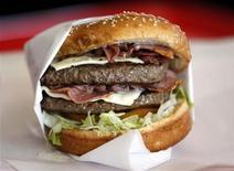<p>Immagine d'archivio di un hamburger. REUTERS/Lucy Nicholson (UNITED STATES)</p>