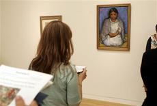 """<p>La obra """"Niña con Rebozo"""", del artista mexicano Diego Rivera, es vista durante una exhibición exclusiva para la prensa en Sotheby's en Nueva York , 22 mayo 2009. Un vibrante cuadro de Diego Rivera en témpera sobre lino alcanzó casi los 800.000 dólares en una subasta de arte latinoamericano realizada por la casa Sotheby's, pero la venta total fue la menor en años debido a la crisis económica. REUTERS/Shannon Stapleton</p>"""