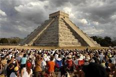 <p>Foto de archivo de personas reunidas frente a la pirámide El Castillo, en Chichén Itzá, México, 21 mar 2009. México, el ojo del huracán de la epidemia global de la influenza A H1N1, está apostando a sus famosos sitios arqueológicos para hacer que regresen al país los turistas que huyeron por temor al contagio, dijo el jueves el jefe del instituto de antropología. REUTERS/Argely Salazar</p>