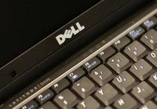 <p>Dettaglio del marchio Dell su un laptop. REUTERS/Brendan McDermid (UNITED STATES)</p>