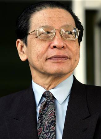 Malaysian main opposition leader Lim Kit Siang stand outside parliament house in Kuala Lumpur in this July 29, 2004 file photo. REUTERS/Zainal Abd Halim/Files
